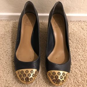 Tory Burch Navy Gold Logo Toe Wedge Size 7